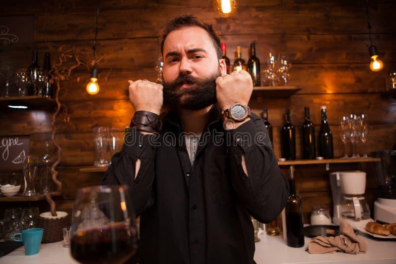 Brodaty barman jest ?mieszny z jego brod? zdjęcia stock