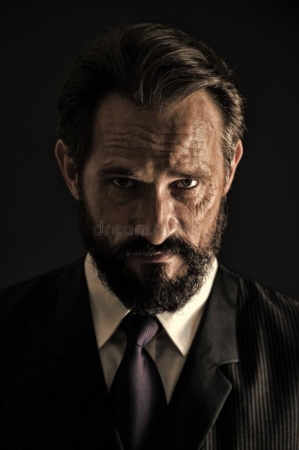 Brodaty biznesowy mężczyzna z poważnym spojrzeniem Brodaty biznesowy mężczyzna z brodą i wąsy Brodaty biznesowy mężczyzna z nieog zdjęcie stock