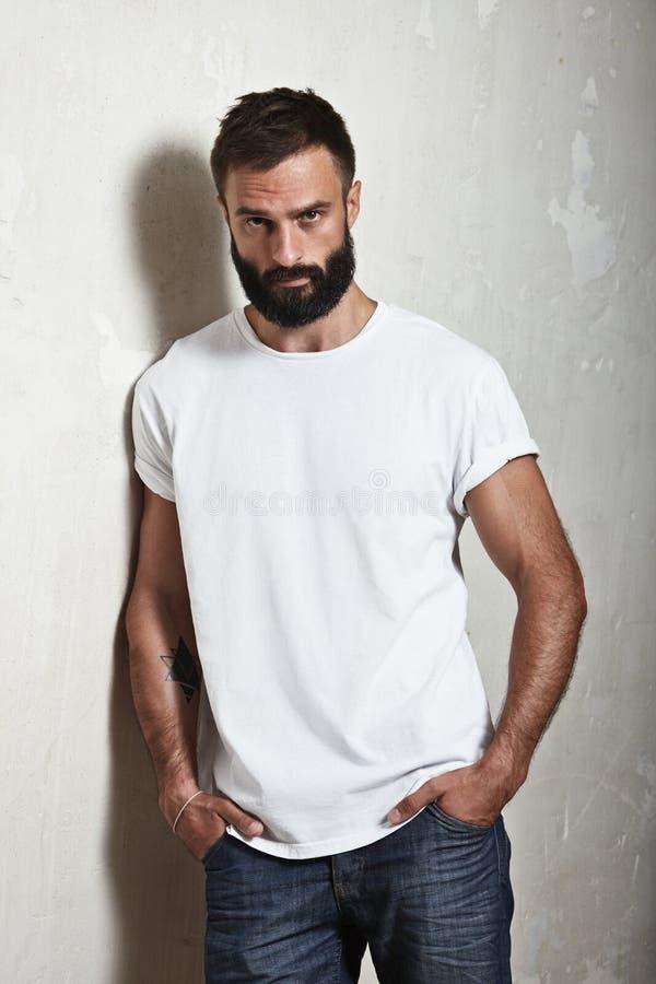 Brodaty facet jest ubranym białą koszulkę obraz stock