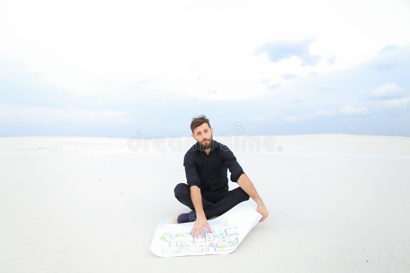 Brodaty faceta obsiadanie na piasku zdjęcia royalty free