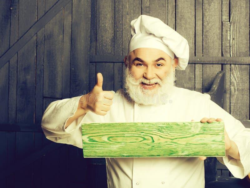 Brodaty kucharz z drewnianym talerzem fotografia royalty free