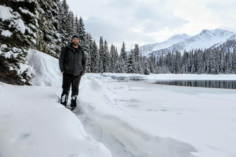 Brodaty mężczyzna snowshoeing wokoło Wyspa jeziora w Fernie, kolumbia brytyjska, Kanada fotografia stock