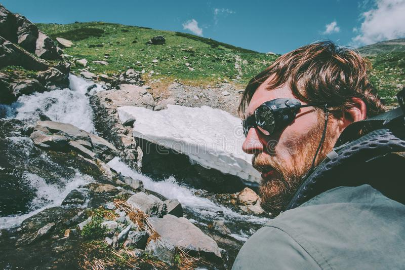 Brodaty mężczyzna jest ubranym halnych okulary przeciwsłonecznych wycieczkuje podróż stylu życia pojęcia przygodę zdjęcie stock