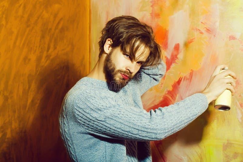 Brodaty mężczyzna lub malarz z brodą z kiści farby butelką obrazy royalty free