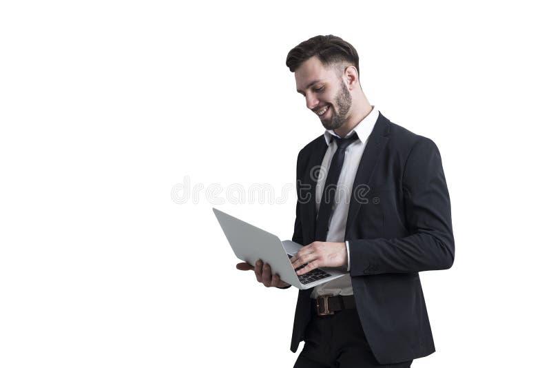 Brodaty mężczyzna trzyma laptop, odizolowywającego fotografia royalty free