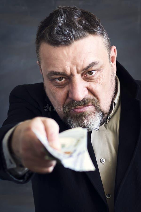 Brodaty mężczyzna w czarnym kostiumu daje pieniądze corruptness Bezprawne operacje obrazy royalty free
