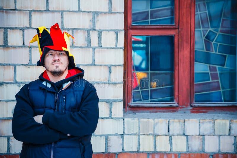 Brodaty mężczyzna w kapeluszu bufonu stojaki blisko ściana z cegieł obrazy royalty free