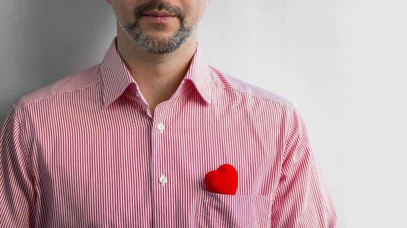 Brodaty mężczyzna w koszula z czerwonym sercem w kieszeni, zakończenie w górę fotografia royalty free