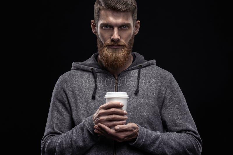 Brodaty mężczyzna z kawą w ręce zdjęcia royalty free