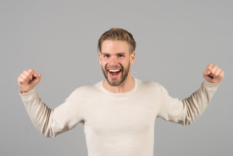 Brodaty mężczyzna z zwycięzcy gestem Szczęśliwy mężczyzna z broda uśmiechem na nieogolonej twarzy Moda model z blondynem w przypa zdjęcie stock