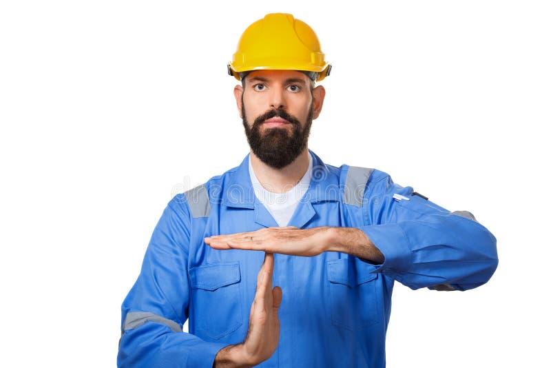 Brodaty mężczyzny pracownik z brodą w budynku hełma lub ciężkiego kapeluszu seansu przerwy gescie obraz stock