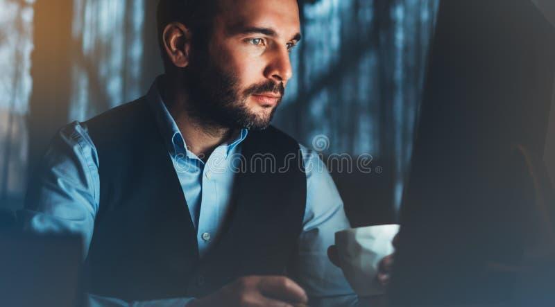 Brodaty młody biznesmen pracuje na nowożytnym biurze Konsultanta mężczyzna myśleć patrzeć w monitoru komputerze Kierownik pisać n zdjęcia stock