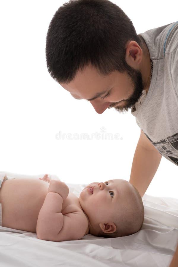 Brodaty młody tata z nowonarodzonym w studiu zdjęcie stock