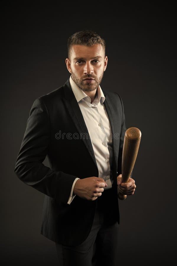 Brodaty m??czyzna chwyta kij bejsbolowy Biznesmen z nietoperz broni? Agresja, ambicje lub przemocy poj?cie Biznes zdjęcia royalty free