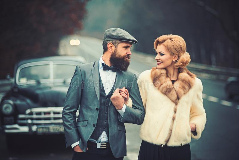 Brodaty m??czyzna i seksowna kobieta w samochodzie brodaty mężczyzny kierowca na dacie z seksowną dziewczyną w retro samochodzie obrazy royalty free