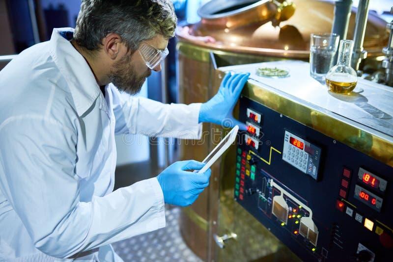 Brodaty piwowar Przystosowywa maszynę zdjęcia stock