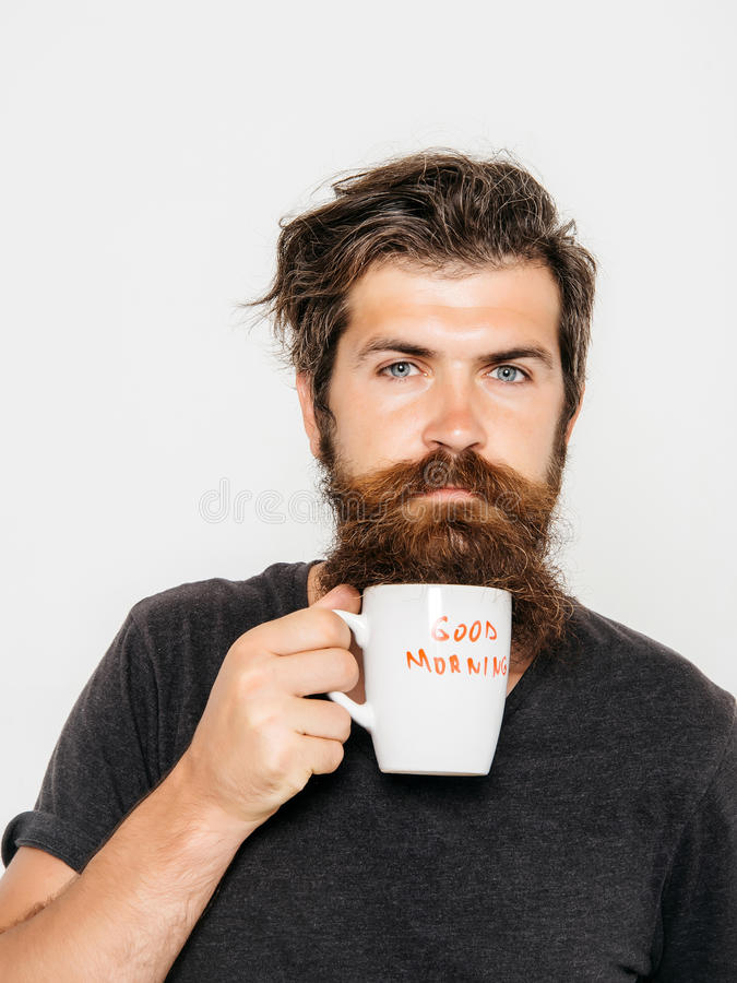 Brodaty poważny mężczyzna z filiżanką kawy lub herbatą obrazy royalty free