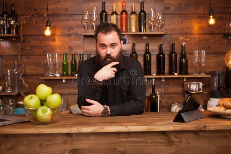 Brodaty przystojny m?ody barman za pr?towym kontuarem obrazy royalty free