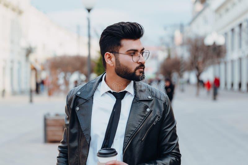 Brodaty, stylowy indyjski człowiek na zewnątrz zabiera kawę fotografia royalty free
