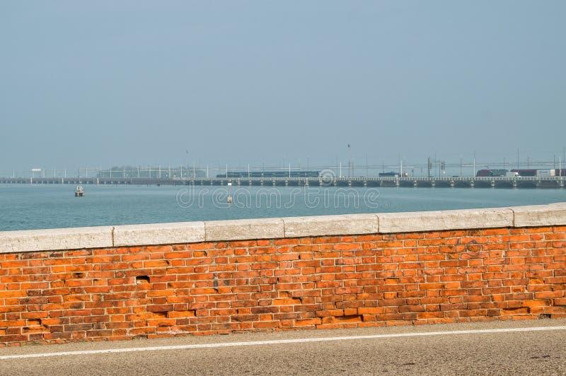 BrodellaLibert förbindande fastland och ö Venedig Till och med brorittenskeniga järnvägen bilar, gångtunneler Everyth royaltyfri foto