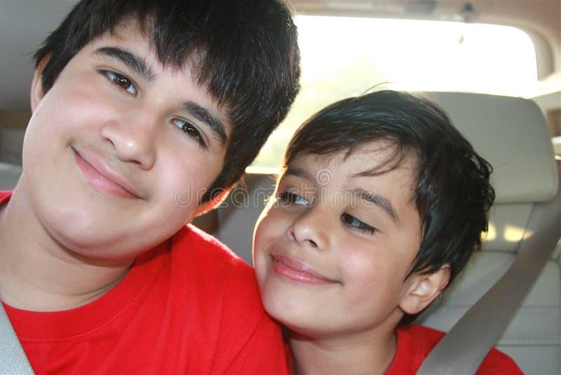 broder little som är busig royaltyfri fotografi