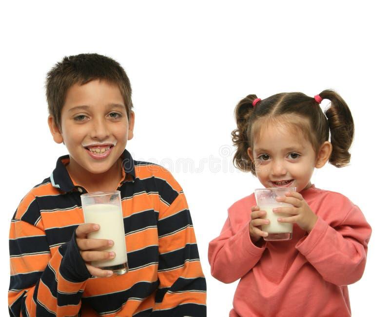 broder som dricker mi-systern royaltyfri bild