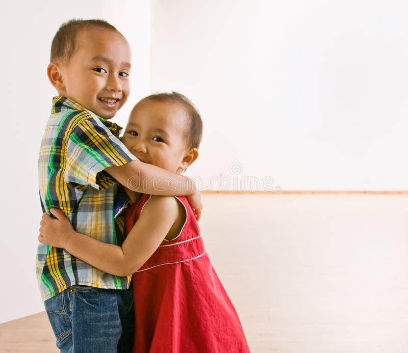 broder som kramar systern royaltyfria foton