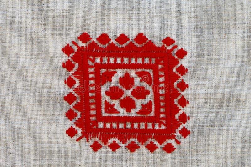 Broderade Röda korset mönstrar i nationell stil royaltyfri bild
