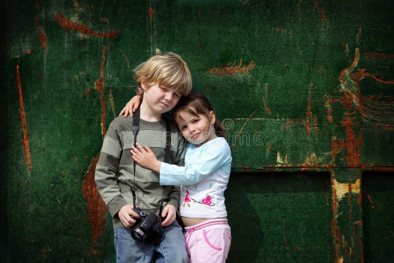 broderfotoet poserar systerbarn arkivfoto