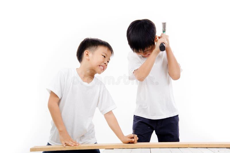 Broderhammaren och spikar arkivfoto