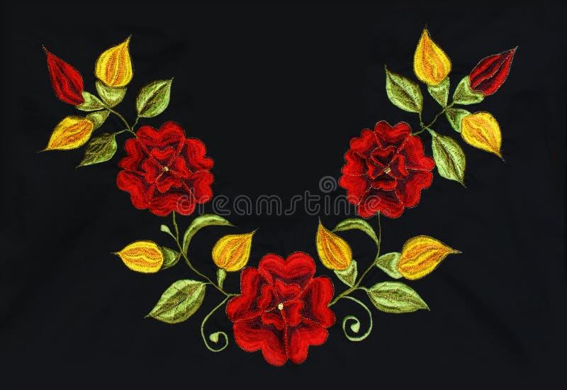 Broderie de roses sur le noir photographie stock