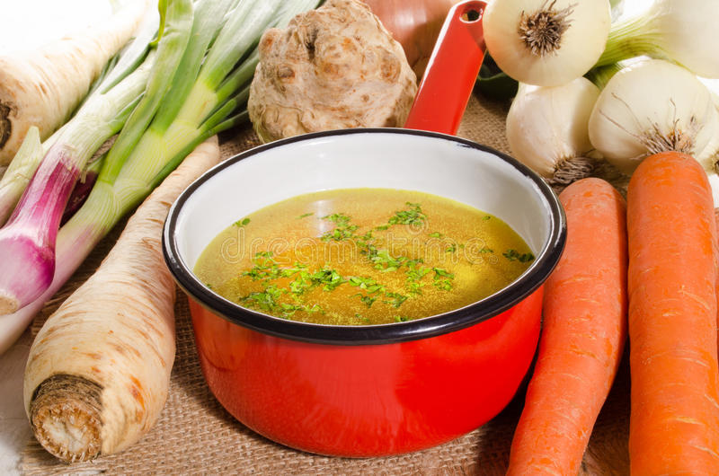 Brodo di verdure raffreddato in un vaso immagine stock libera da diritti