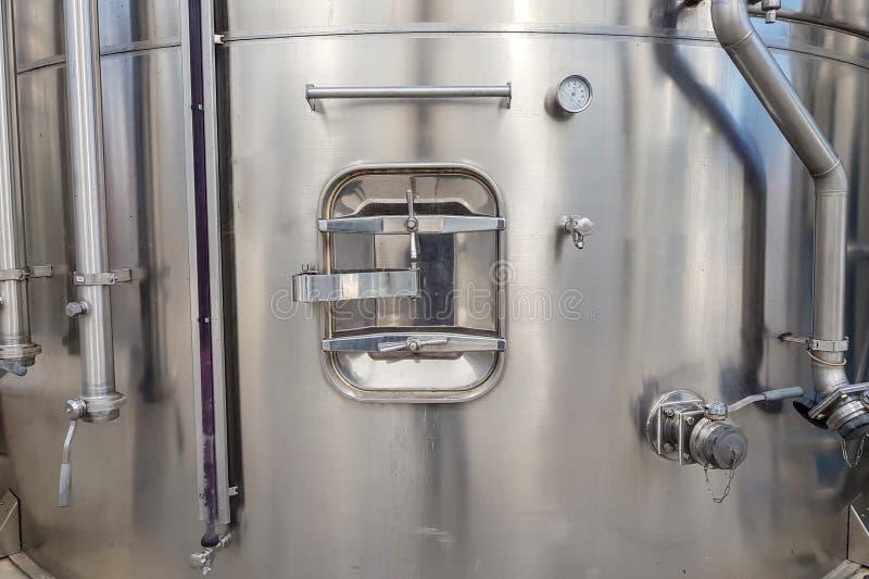 Broedsel in een grote metaaltank voor de productie van wijn, opslag van vloeistoffen in grote volumes royalty-vrije stock foto