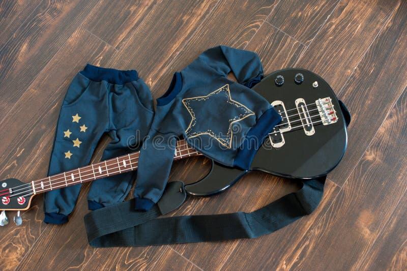 Broek en sweatshot op gitaar stock fotografie