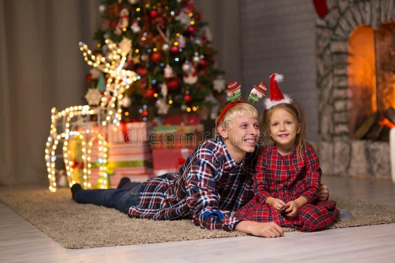 Broer en zuster dichtbij de Kerstboom royalty-vrije stock fotografie