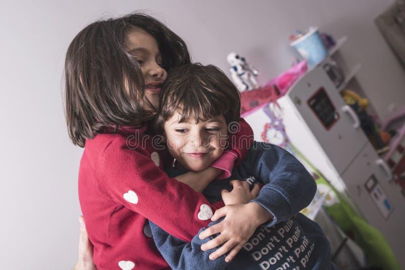 Broer en zuster in grote omhelzing in levensstijlbeeld royalty-vrije stock foto