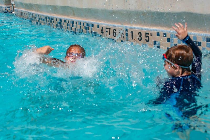 Broer en zuster het bespatten in pool in Aquatica op Internationaal Aandrijvingsgebied 1 stock foto