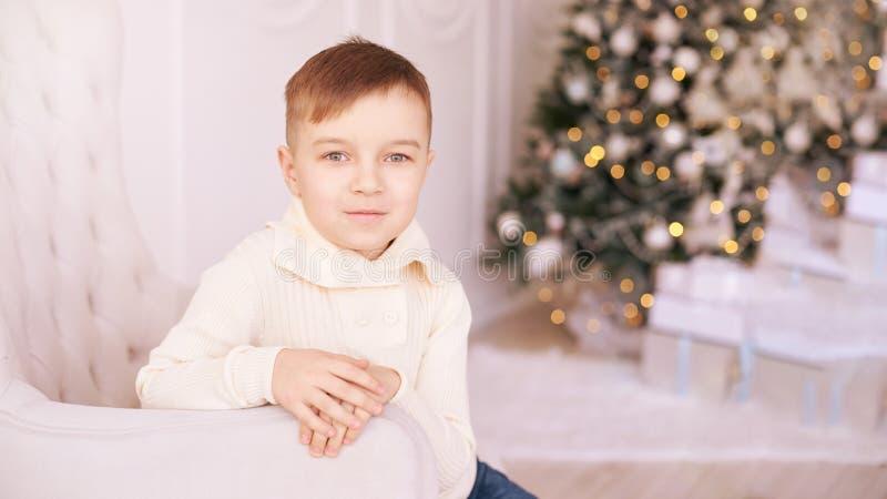 Broer en zuster Het kind van nieuwjaarkerstmis De vakantie van de Kerstmisvooravond Binnenlands Mooi portret Little Boy horizonta stock foto's