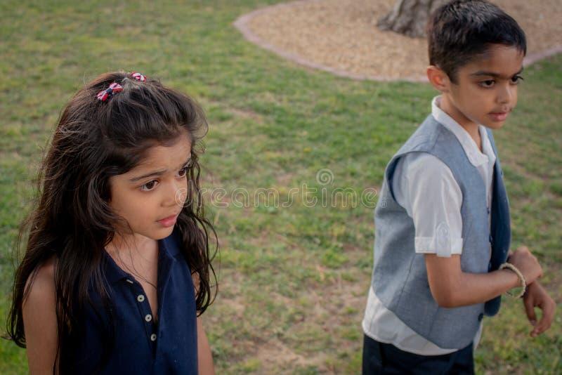 Broer en zuster het spelen in een park in openlucht stock foto's