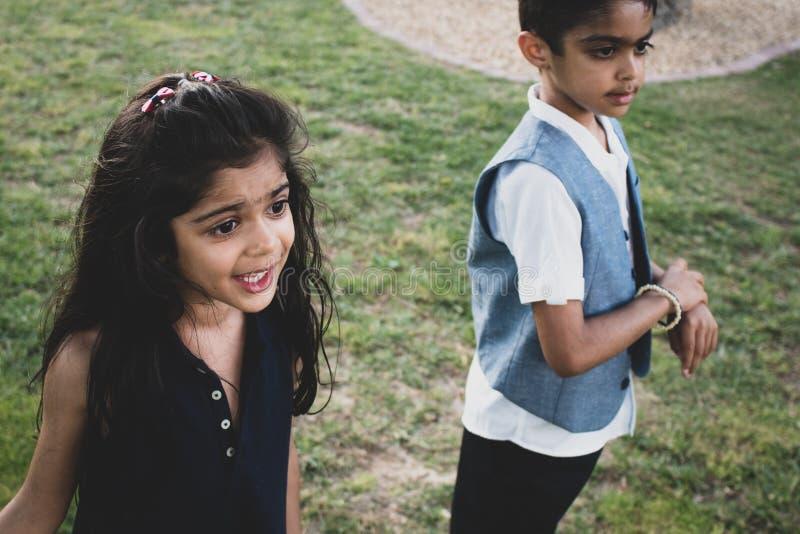 Broer en zuster het spelen in een park in openlucht royalty-vrije stock foto