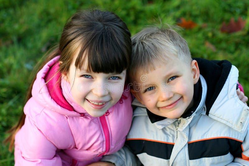 Broer en Zuster op een Gebied royalty-vrije stock foto's