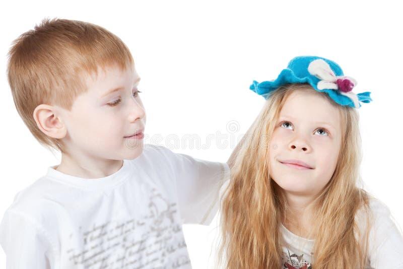 Broer en zuster op wit stock foto's