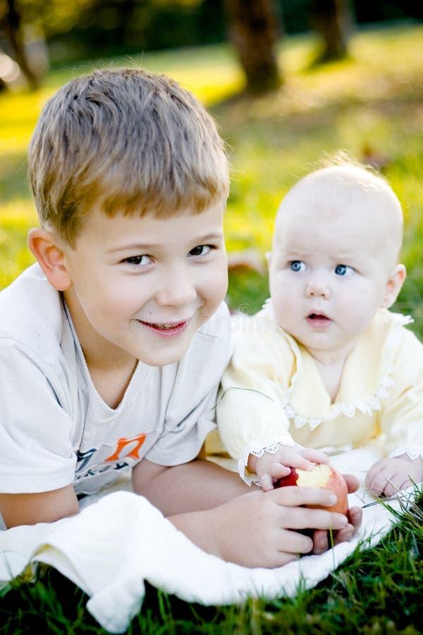 Broer, zuster en appel royalty-vrije stock afbeelding