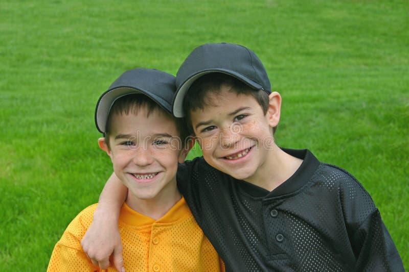Broers in de Uniformen van het Honkbal