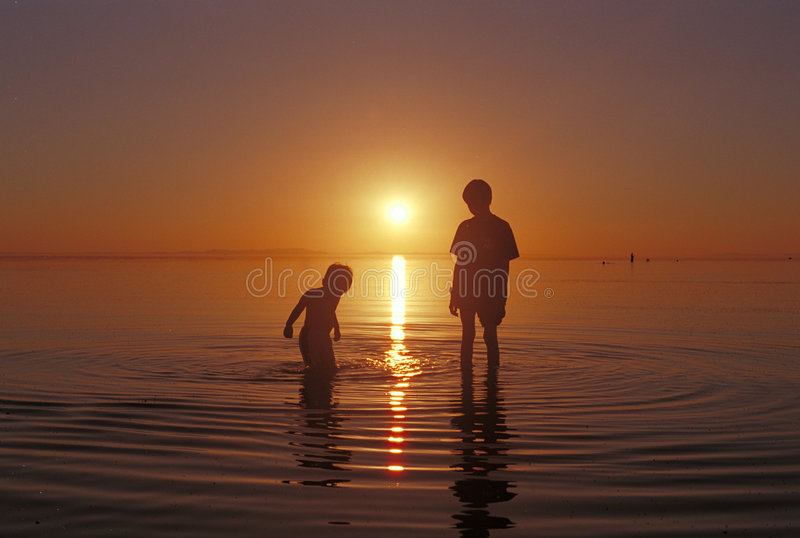 Broers die in het water bij het strand van Great Salt Lake spelen royalty-vrije stock afbeeldingen