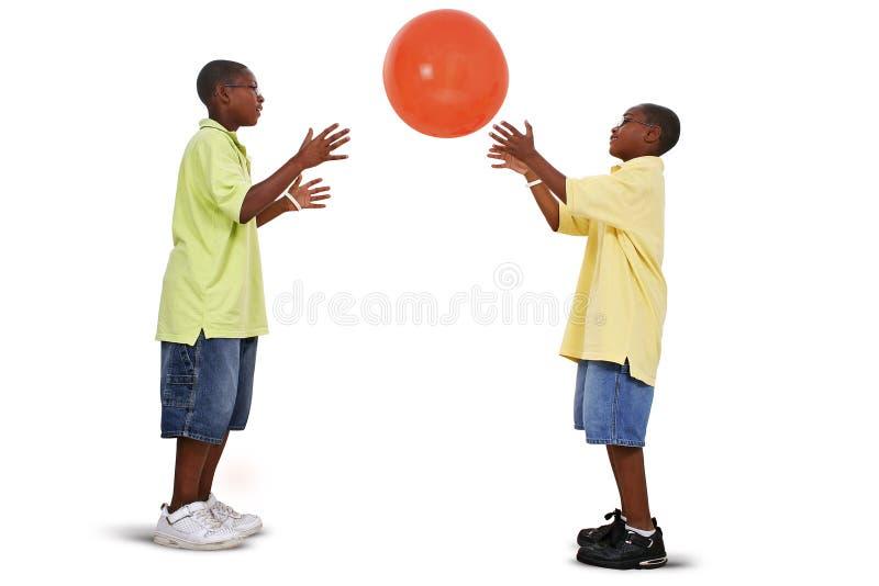 Broers die met Reuze Oranje Bal spelen royalty-vrije stock foto's