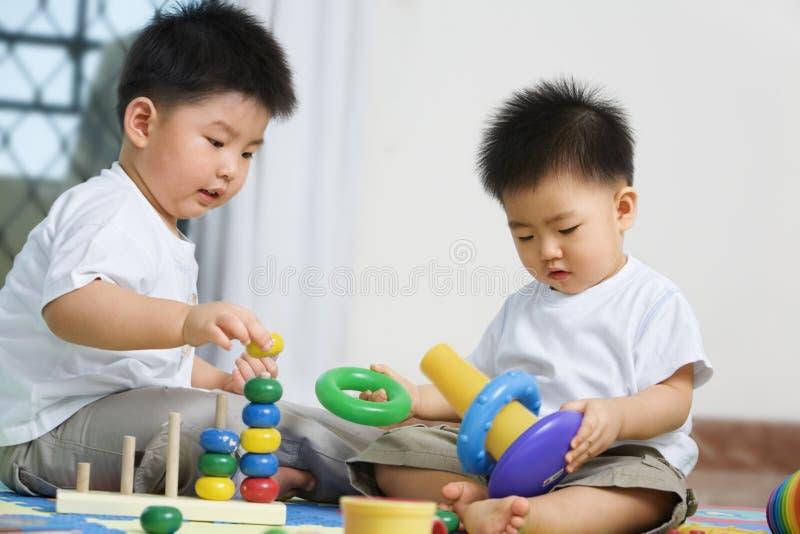 Broers die samen spelen royalty-vrije stock afbeelding