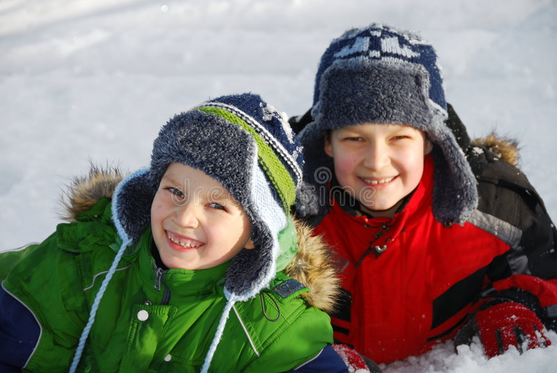 Broers die in sneeuw stellen stock fotografie