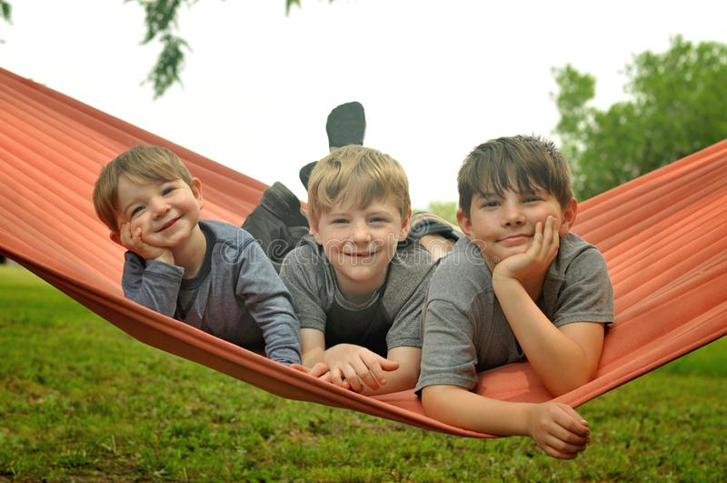Broers in hangmat royalty-vrije stock foto