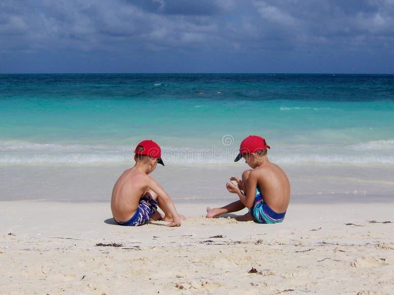 Broers op het strand royalty-vrije stock fotografie